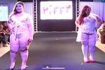 プラスサイズモデルの下着ファッションショー動画