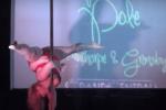 太ってたってできる!デブ女性のセクシーで美しいポールダンス動画。