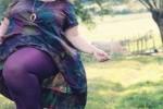 デブ女性の太い足を可愛く見せるカラフルなレギンス画像