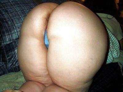 お尻の割れ目がセクシーなデブ女性