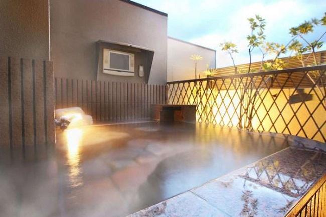 ラブホテルの露天風呂